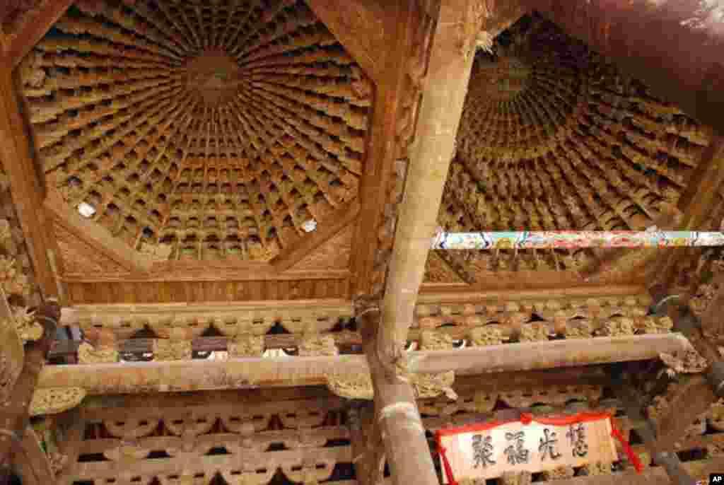 慧聚寺天后宮媽祖殿最值得欣賞的建築工藝,是殿內上方的三大木構藻井