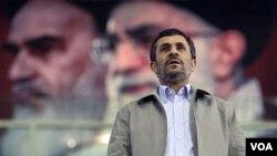 Presiden Iran Mahmoud Ahmadinejad mendesak Barat mengubah sikapnya terhadap pemerintah Iran (foto: dok).