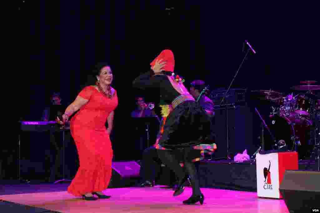 Eva Ayllón durante un baile de música de la sierra del Perú.