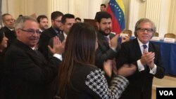 At right, Luis Almagro, who leads the Organization of American States, applauds magistrates appointed by Venezuela's National Assembly, at OAS headquarters in Washington, Oct. 13, 2017. (M. Macias/VOA)