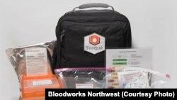 Bloodpak berisi semua perlengkapan yang dibutuhkan pekerja klinik untuk mengambil dan mentransfusi darah dengan aman (foto: Atas Perkenan Bloodworks Northwest)