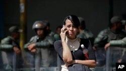 Una pariente de un preso político en la prisión de La Planta, en Caracas, llora mientras informa de su detenido al resto de su familia.