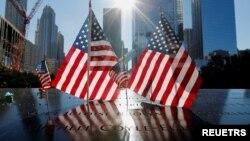 پرچم آمریکا در محل یادبود ۱۱ سپتامبر در شهر نیویورک