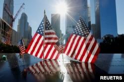 紐約曼哈頓9/11紀念池四周飄揚著美國國旗。