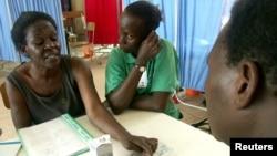 烏干達愛滋病毒攜帶者聽一名醫生介紹抗病毒療法。(2005年資料照)