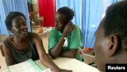 乌干达艾滋病毒携带者听一名医生介绍抗病毒疗法。(2005年资料照)