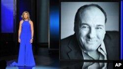 La acriz Edie Falco presenta un homenaje al fallecido actor James Gandolfini, durante la 65a. ceremonia de los premios Emmy en Los Angeles.