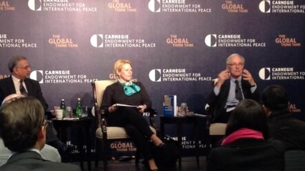乔凡娜∙多尔和卡尔∙杰克逊在卡内基国际和平研究所谈亚太民主问题 (美国之音平章拍摄)