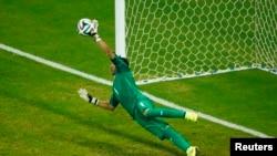 Kiper Costa Rica Keylor Navas menjadi pahlawan setelah menepis tendangan Theofanis Gekas dalam adu penalti melawan Yunani (29/6).