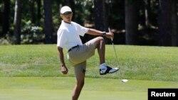 Reaksi Presiden AS Barack Obama setelah luput memukul bola golf di Klub Farm Neck di Oak Bluffs, Martha's Vineyard (11/8). (Reuters/Larry Downing)