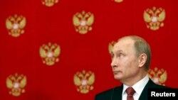 លោកប្រធានាធិបតីរុស្ស៊ី Vladimir Putin ចូលរួមសន្និសីទកាសែតមួយបន្ទាប់ពីកិច្ចប្រជុំមួយជាមួយលោក Matteo Renzi នាយករដ្ឋមន្រ្តីអ៊ីតាលីនៅវិមាន Kremlin ក្នុងក្រុងម៉ូស្គូ កាលពីថ្ងៃទី៥ ខែមីនា ឆ្នាំ២០១៥។