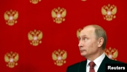 Presiden Rusia Vladimir Putin dalam konferensi pers menyusul pertemuan dengan Perdana Menteri Italia Matteo Renzi di Kremlin, Moskow (5/3). (Reuters/Sergei Karpukhin)