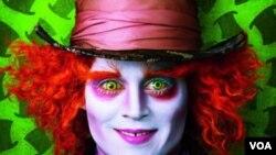 Johnny Depp memerankan karakter Mad Hatter dalam film Alice in Wonderland.
