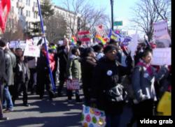 支持和反对同性婚姻的游行队伍(视频拦图)