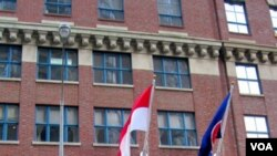 Kantor Perwakilan Tetap RI (PTRI) di 325 East 38th St, di Manhattan, New York. PTRI tidak memiliki lahan parkir, sehingga kendaraan para diplomat dan staf harus diparkir di tepi jalan.