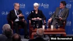 前副国务卿谢尔曼(中)、前助理国务卿拉瑟尔(左)在亚洲协会举行的讨论会上发言。(照片截自亚洲协会网站)