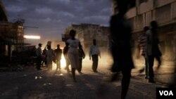 Para warga di Port-au-Prince. Ibukota Haiti belum pulih dari gempa dahsyat Januari lalu dan dikhawatirkan wabah kolera akan sulit diatasi.