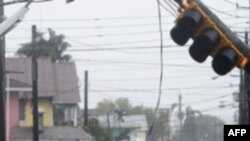 Trận bão đã giết chết ít nhất 18 người và làm tê liệt giao thông đường bộ và đường hàng không trên đường di chuyển của nó ở bờ biển phía đông Hoa Kỳ