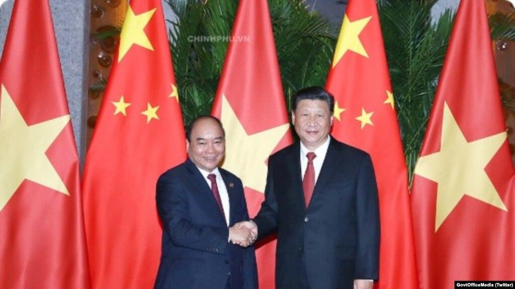 Thủ tướng Nguyễn Xuân Phúc (trái) bắt tay Tập Cận Bình. (Twitter photo via GovtOfficeMedia)