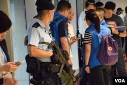 有警員配備重型槍械。(美國之音湯惠芸)