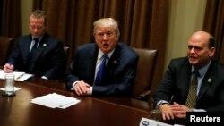 13일 도널드 트럼프 미국 대통령(가운데)이 백악관에서 공화-민주당 의원들과 초당적 모임을 가졌다.