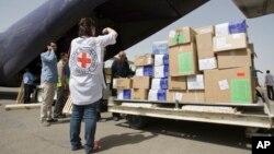 Работники гуманитарных организаций разгружают гуманитарную помощь для жителей Йемена. Сана. 10 апреля 2015 г.