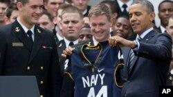 El presidente Barack Obama recibió una camisa del equipo campeón de un torneo interno que se juega entre las distintas divisiones del Ejército de EE.UU.