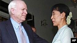 ສະມາຊິກສະພາສູງສະຫະລັດ ທ່ານ John McCain ພົບກັບທ່ານ ນາງອອງຊານຊູຈີ ຜູ້ນຳພັກຝ່າຍຄ້ານມຽນມາ ທີ່ນະຄອນຢ່າງກຸ້ງ (2 ມິຖຸນາ 2011)
