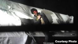 Dzhokhar Tsarnaev, herido, al momento de salir de la embarcación donde se ocultó de la policía en Watertown, Massachusetts.