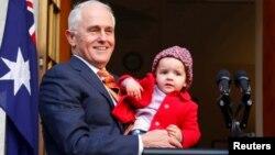 Cựu thủ tướng Malcolm Turnbull và cháu gái Alice tại một cuộc họp báo ở Canberra, Australia.