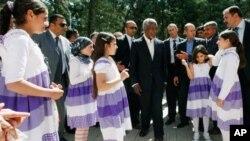 Kofi Annan Turkiyada suriyalik qochqinlar bilan ko'rishmoqda, 10 aprel, 2012-yil