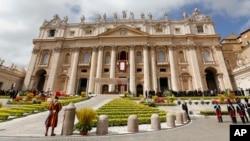 教宗方济3月31日在圣彼得广场复活节祝词中向信众致意