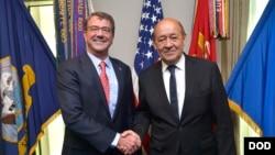 美國國防部長卡特(左)歡迎到訪的法國國防部長勒德里昂。(美國國防部網頁截圖)