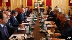 22일 영국 런던에서 열린 '시리아의 친구' 회의에 시리아 반군 대표와 이들을 지원하는 각 국 외무장관들이 참석했다. 존 케리 미국 국무장관(오른쪽 네번째)와 윌리엄 헤이그 영국 외무장관(왼쪽 네번째) 도 참석했다.