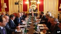 "Diplomat dari 11 negara ""Sahabat-Sahabat Suriah"" bertemu dengan perwakilan oposisi Suriah di London hari Selasa (22/10)."
