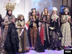 Anniesa Hasibuan saat menampilkan koleksi busana Muslim di New York Fashion Week 2016