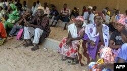 Des Camerounais déplacés attendent la distribution de nourriture à Koza, dans l'Extrême-Nord, près de la frontière avec le Nigeria, le 14 septembre 2016.