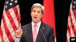 Le secrétaire d'État John Kerry donne une conférence à Tokyo, au Japon, le 15 avril 2013.
