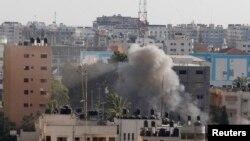 Khói bốc lên từ một vụ không kích của Israel vào một căn nhà ở thành phố Gaza, ngày 17/7/2014.