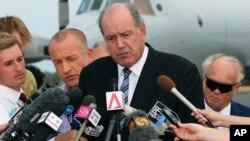 데이빗 존스턴 호주 국방장관이 25일 브리핑에서 남인도양에 추락한 것으로 추정되는 말레이시아 실종 여객기 수색 작업에 대해 설명하고 있다.