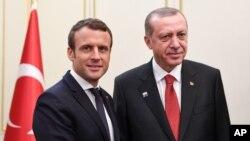 Presiden Perancis Emmanuel Macron (kiri) dan Presiden Turki Recep Tayyip Erdogan saat bertemu di sela-sela KTT NATO di Brussels, 25 May 2017. (Foto: dok).