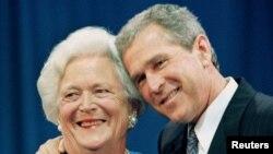 조지 H.W. 부시 전 미국 대통령의 부인 바버라 여사와 아들 조지 W. 부시 전 대통령.