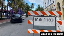 Policijsko vozilo i blokiran prilaz plaži u Majami Biču na Floridi (Foto: REUTERS/Liza Feria)