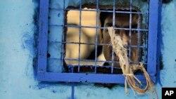 Hình minh họa - Một tù nhân nhìn qua cửa sổ phòng giam tại nhà tù ở Kandahar, Afghanistan.