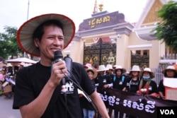 លោក ទឹម ម៉ាឡៃ ប្រធានបណ្ដាញយុវជនកម្ពុជា និយាយទៅកាន់ក្រុមអ្នកតវ៉ា ខណៈពេលហែញត្តិទៅរដ្ឋសភាកាលពីព្រឹកថ្ងៃច័ន្ទ ទី០៥ ខែតុលា ឆ្នាំ២០១៥។ ក្រុមអ្នកតវ៉ាមកពីសហគមន៍ ដែលមានជម្លោះដីធ្លីប្រមាណ១០០០នាក់ នៅក្នុងរាជធានីភ្នំពេញ បានហែញតិ្តទៅដាក់រដ្ឋសភាជាតិ ក្នុងឱកាសទិវាលំនៅដ្ឋានពិភពលោកខួបលើកទី៣០។ (ឡេង ឡែន/ VOA Khmer)