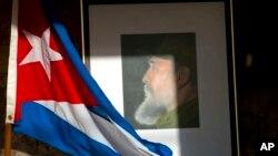 古巴前領導人菲德爾卡斯特羅星期五去世後﹐週六哈瓦那許多古巴人緬懷他將其照片及旗放在一道。