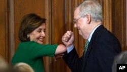 Chủ tịch Hạ viện Nancy Pelosi (thuộc Đảng Dân chủ), trái, và Lãnh đạo khối Đa số ở Thượng viện Mitch McConnell (thuộc Đảng Cộng hoà) tại một buổi gặp ở Điện Capitol ở thủ đô Washington. Hai đảng đối lập đang bất đồng quan điểm trong các gói cứu trợ kinh tế giữa dịch COVID-19.