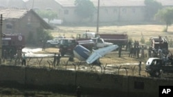 Pakistani officials and soldiers examine the site of a plane crash in Karachi, 05 Nov 2010