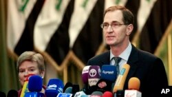 제임스 밀러 미국 국방부 차관(오른쪽)이 지난해 12월 이라크 바그다드에서 열린 기자회견에서 발언하고 있다. (자료사진)