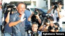 일본 오키나와현 주지사 선거에서 승리한 데니 다마키 당선자가 1일 나하에서 지지자들을 향해 손을 흔들고 있다.